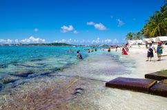 约翰尼岩礁,哥伦比亚- 2017年10月21日:享受美好的晴天和游泳在水中的未认出的人民 免版税库存图片