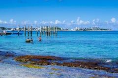 约翰尼岩礁,哥伦比亚- 2017年10月21日:享受美好的晴天和游泳在水中的未认出的人民 库存照片