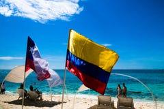 约翰尼岩礁,哥伦比亚- 2017年10月21日:走在海滩和享受美好的晴天的未认出的人民 免版税库存照片