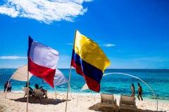 约翰尼岩礁,哥伦比亚- 2017年10月21日:走在海滩和享受美好的晴天的未认出的人民 库存图片
