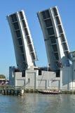约翰斯通行证吊桥开放为了帆船能返回从墨西哥湾 库存照片