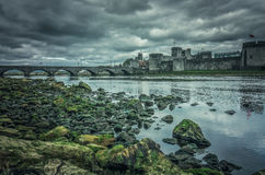 约翰斯Castle和一座老桥梁国王 免版税库存照片