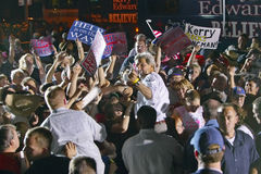 约翰・克里互动与人群的在室外凯利竞选集会,金曼, AZ参议员 库存照片