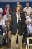 约翰・克里参议员对前辈演讲在谷视图Rec中心,汉德尔逊, NV观众  图库摄影