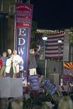 约翰・克里参议员给从Believe阶段的和平标志美国竞选游览,金曼, AZ 库存照片