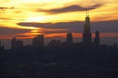 约翰・汉考克大厦在芝加哥地平线上耸立在日出,芝加哥,伊利诺伊 库存图片