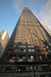 约翰・汉考克大厦在街市芝加哥 库存照片
