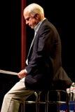 约翰・麦凯恩参议员出现在Mesa, Ariz的一个市政厅会议上 图库摄影