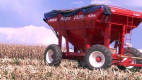 约翰Deere在前面的拖拉机通行证麦地 股票录像