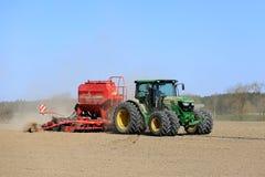 约翰Deere在春天领域的拖拉机和条播机 免版税图库摄影