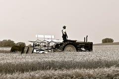 约翰Deere B拖拉机和麦考密克swather 免版税库存照片