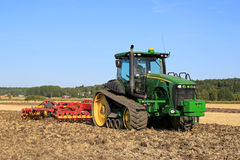 约翰Deere 8345RT跟踪了拖拉机和Vaderstad耕地机Fi的 库存照片