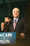 约翰mccain参议员微笑的垂直 免版税库存照片