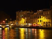 巴约讷,河沿10月2013年, Nive在晚上,法国 免版税库存图片