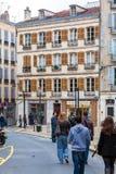巴约讷,法国- 2011年4月2日:走在前面的本地人 免版税库存照片