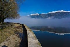 约阿尼纳Pamvotis有薄雾的湖早晨在希腊 库存照片