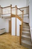 级别客厅分开的楼梯 免版税库存照片