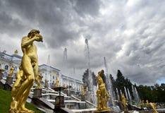 级联喷泉全部peterhof 免版税库存图片