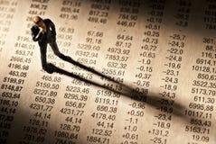经纪在股票价格图站立 库存图片