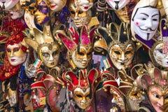 纪念品和狂欢节面具在街道贸易在威尼斯,意大利 库存照片