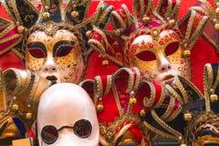 纪念品和狂欢节面具在街道贸易在威尼斯, 库存照片