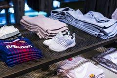 纪念品和设备正式商店巴塞罗那足球俱乐部、衣物和鞋类队队和访客的爱好者的  库存照片
