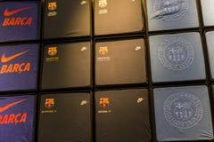 纪念品和设备正式商店巴塞罗那足球俱乐部、衣物和鞋类队队和访客的爱好者的  库存图片
