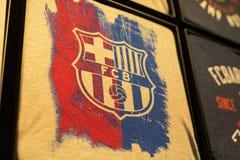 纪念品和设备正式商店巴塞罗那足球俱乐部、衣物和鞋类队队和访客的爱好者的  免版税库存图片