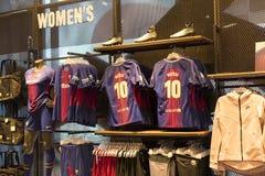 纪念品和设备正式商店巴塞罗那足球俱乐部、衣物和鞋类队s的队和访客的爱好者的 图库摄影