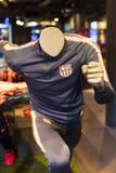 纪念品和设备正式商店巴塞罗那足球俱乐部、衣物和鞋类队s的队和访客的爱好者的 免版税图库摄影