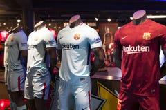 纪念品和设备正式商店巴塞罗那足球俱乐部、衣物和鞋类队s的队和访客的爱好者的 免版税库存图片
