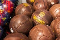 纪念品和设备正式商店巴塞罗那足球俱乐部、衣物和鞋类队s的队和访客的爱好者的 免版税库存照片