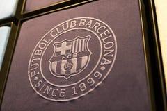纪念品和设备正式商店巴塞罗那足球俱乐部、衣物和鞋类队s的队和访客的爱好者的 库存图片