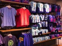 纪念品和设备正式商店巴塞罗那足球俱乐部、衣物和鞋类队s的队和访客的爱好者的 库存照片