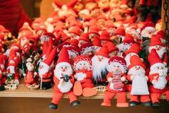 纪念品圣诞老人玩偶玩具在欧洲冬天圣诞节市场上 库存图片