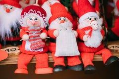 纪念品圣诞老人玩偶玩具在欧洲冬天圣诞节市场上 免版税库存照片