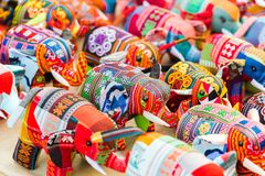 纪念品在市场上的织品大象在琅勃拉邦,老挝 特写镜头 库存图片