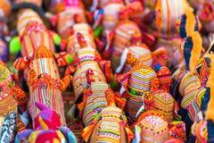 纪念品在市场上的织品大象在琅勃拉邦,老挝 特写镜头 免版税库存图片
