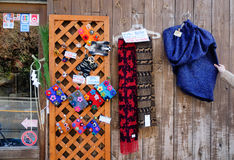 纪念品在街道上的待售在镰仓,日本 库存图片