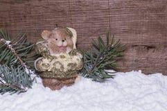 纪念品在雪的一头小熊 库存照片