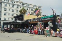 纪念品店人群在非常醒目的大厦的在圣塔蒙尼卡海滩散步  2017年7月04日 旅行建筑学Holi 库存照片