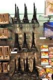 巴黎纪念品店显示 库存图片