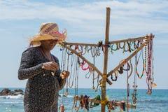 纪念品店的女性贸易商在海滩 图库摄影