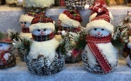纪念品戏弄雪人在圣诞节市场 免版税库存图片