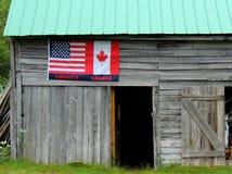 纪念品旗子美国和加拿大 免版税库存照片