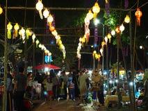 纪念品物品在逗人喜爱的旅游目的地镇销售生活方式:泰国的楠府 库存图片