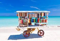 纪念品用车运送在Varadero海滩在古巴 免版税图库摄影