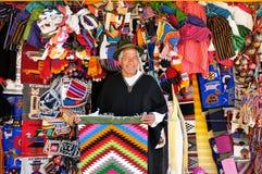 纪念品的卖主从厄瓜多尔的 免版税库存图片