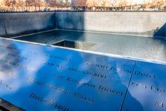 9/11纪念品的受害者的名字在世界贸易中心爆心投影的-纽约,美国 库存照片