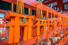 给纪念品装门在fushimi inari taisha寺庙在京都,日本 免版税库存照片